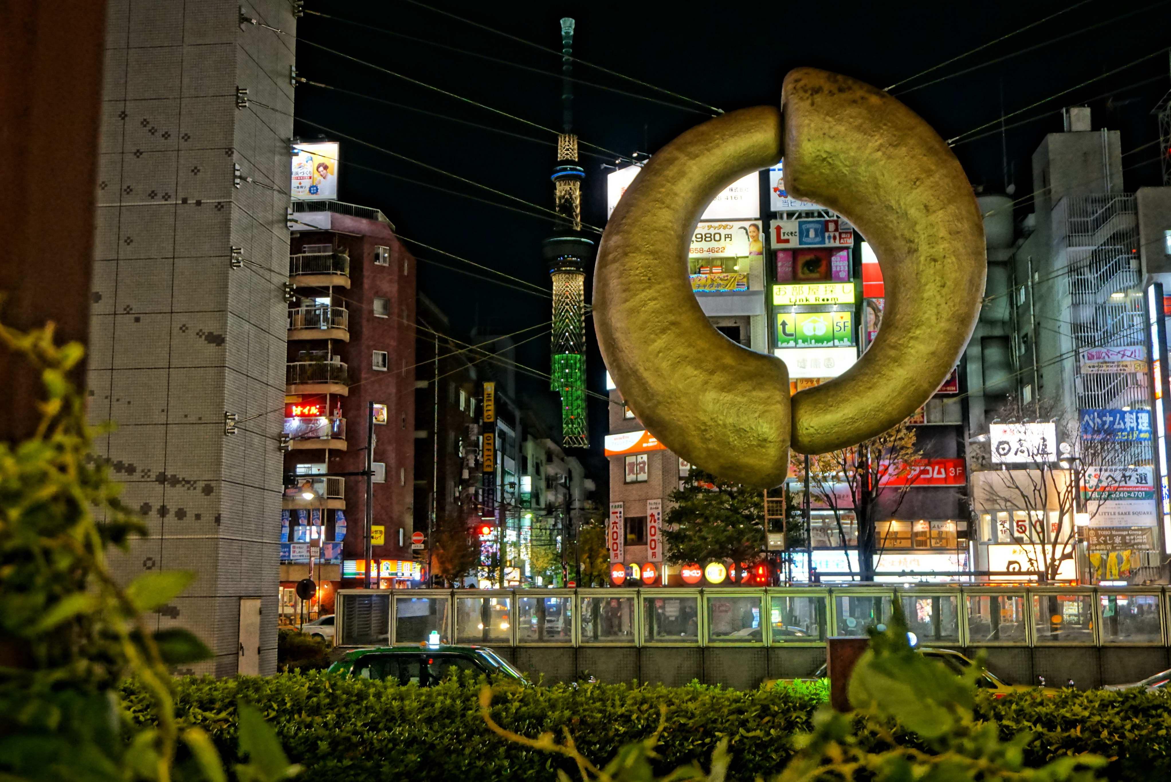 モニュメント越しの東京スカイツリー
